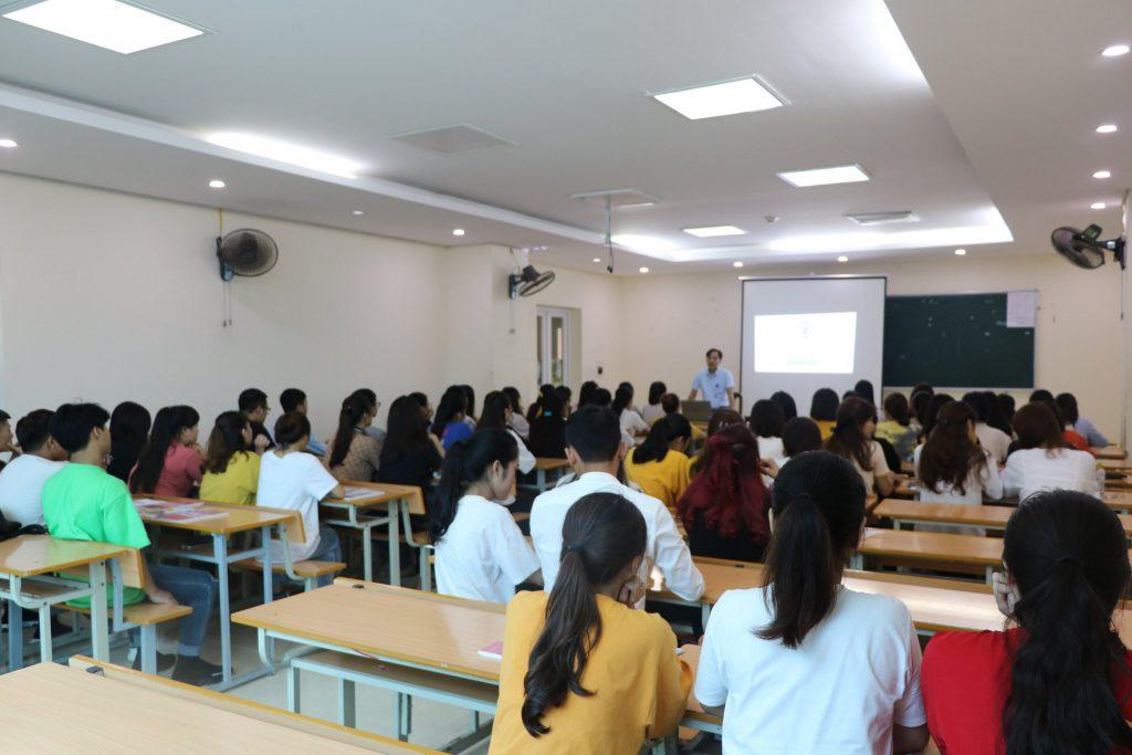 Hình ảnh cán bộ, giảng viên và sinh viên K19 của Nhà trường trong Tuần sinh hoạt công dân cho HSSV
