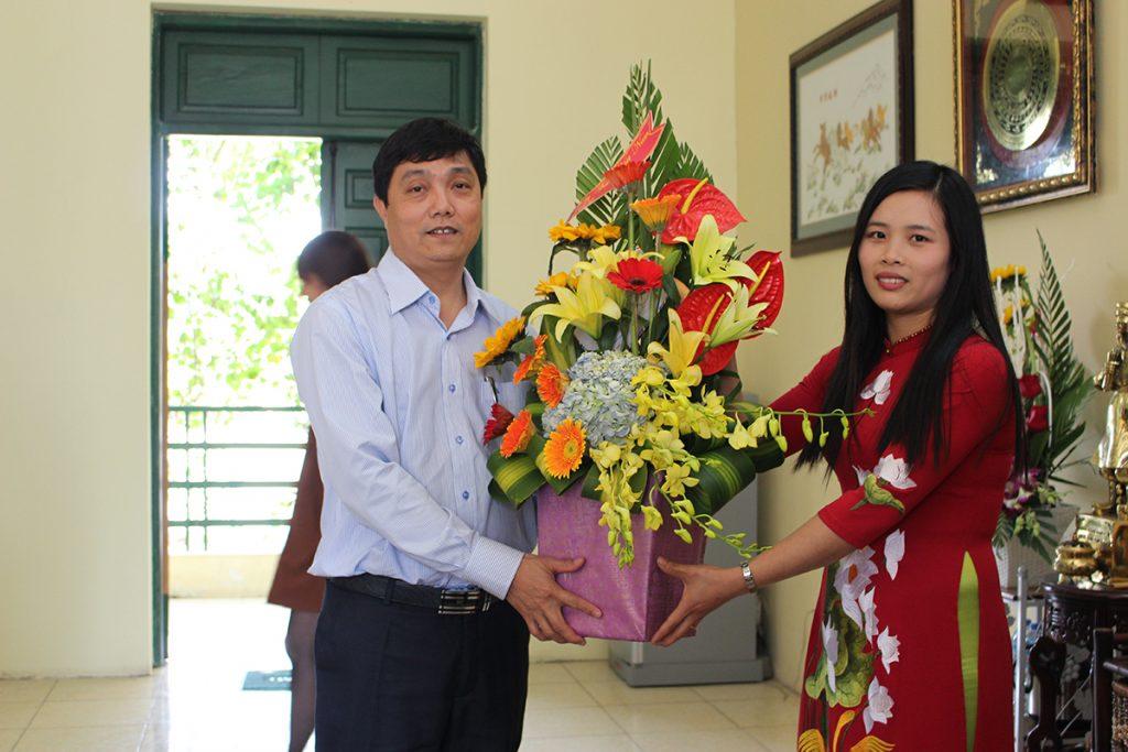 Sinh viên trường tặng hoa chi ân thầy cô
