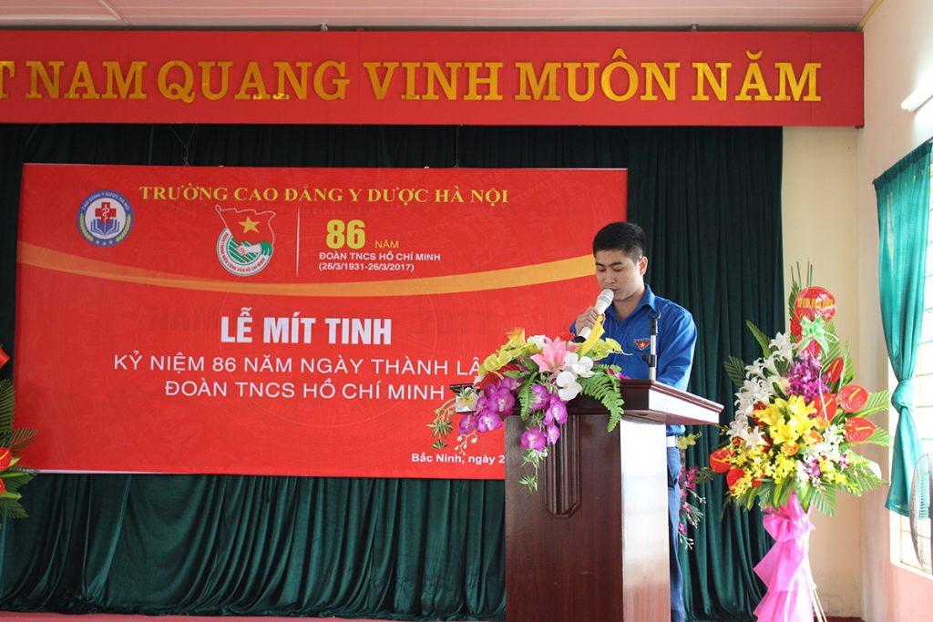 Đ/C Nguyễn Văn Lưu - Phó bí thư Đoàn trường đọc quyết định khen thưởng và công bố kết quả hội diễn văn nghệ, giao lưu thể thao.