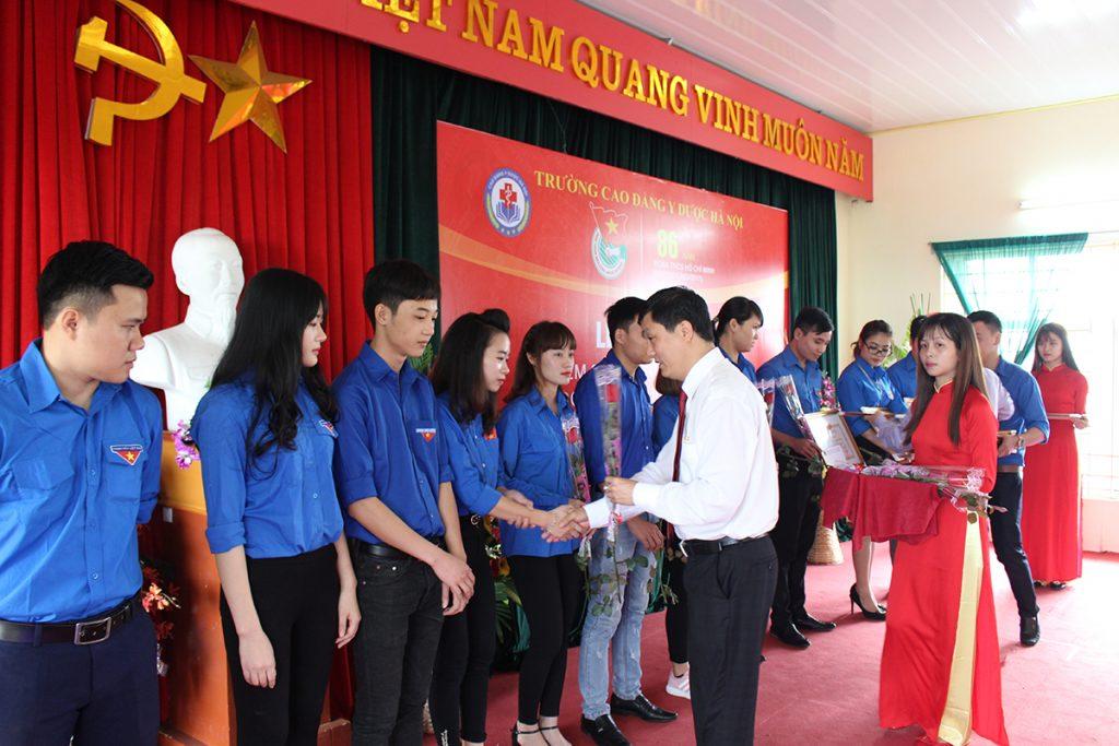 Đ/C Lê Đức Mạnh - Bí thư chi bộ trao tặng bằng khen cho các đoàn viên xuất sắc tiêu biểu