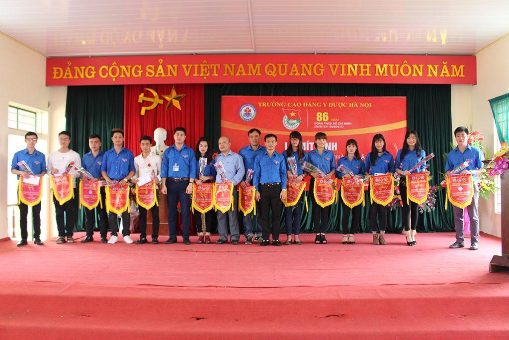 Đ/C Hoàng Văn Quyết & Đ/C Nguyễn Văn Lưu trao cờ lưu niệm cho các cá nhân, chi đoàn giành giải