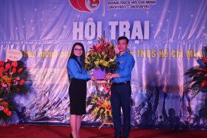 ĐC Nguyễn Thị Hải - BT Thành Đoàn có bó hoa tươi thắm chúc mừng Đoàn trường