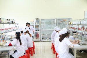 Sinh viên thực hành ngành Dược