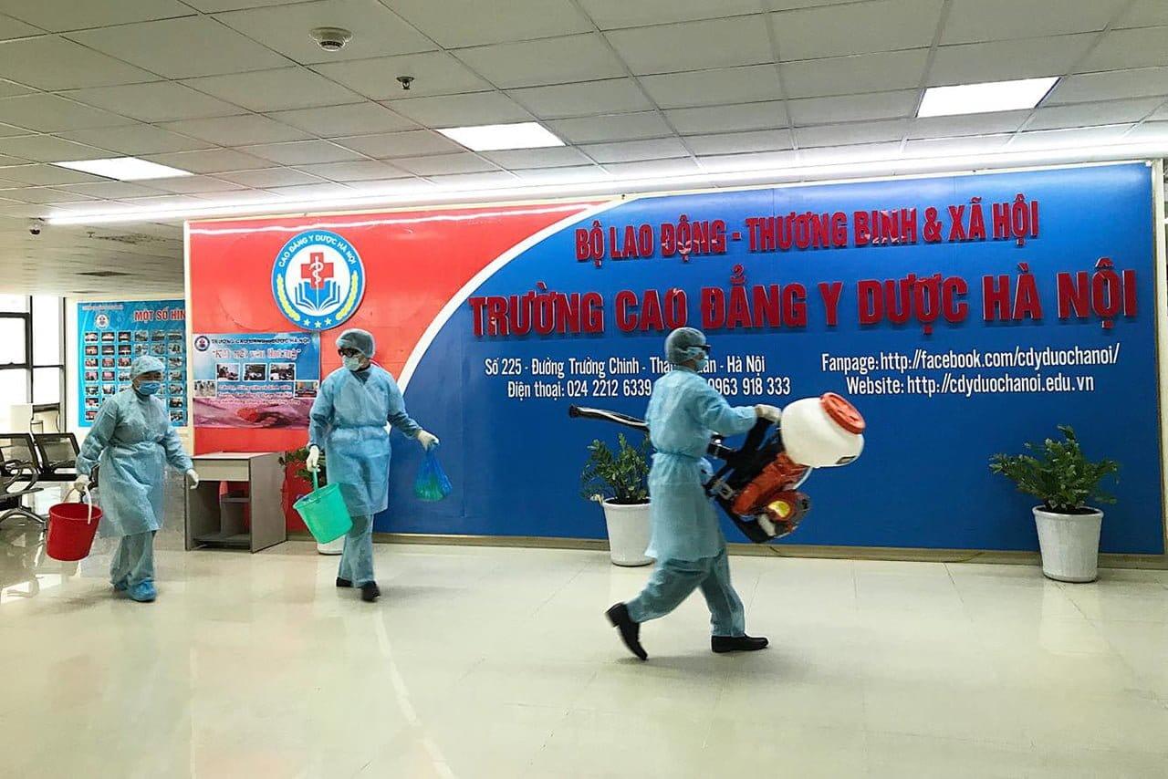 Trường CĐ Y Dược HN tổ chức phun thuốc sát trùng, khử khuẩn phòng virus corona