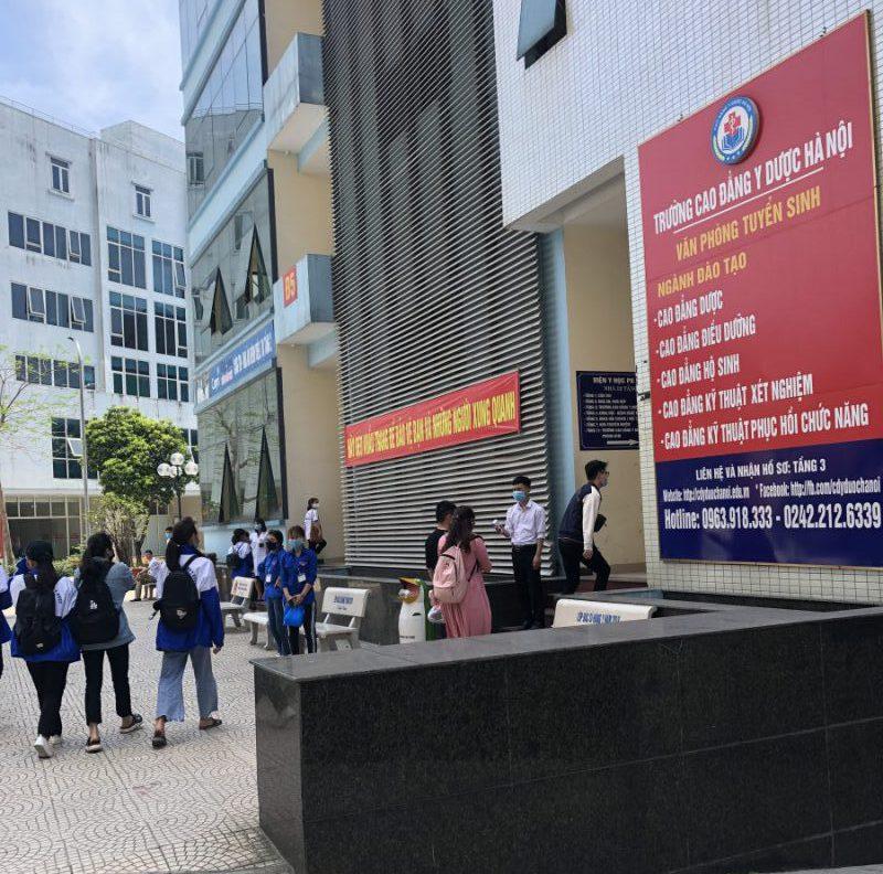 Sinh viên trư�ng Cao �ẳng Y Dược Hà Nội háo hức trở lại trư�ng sau kỳ nghỉ tết dài nhất lịch sử.
